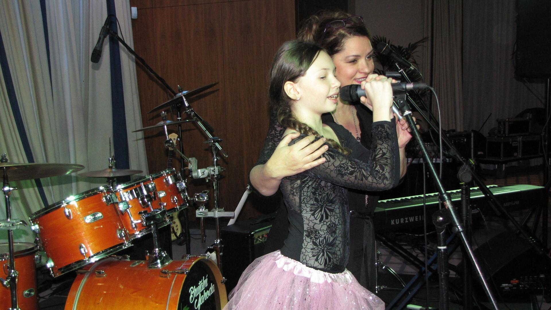 Barunka Mádlová při společném zpívání s Magdou Malou
