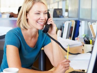 14913184-telefonistka-s-praxi-reality-telemarketing-1