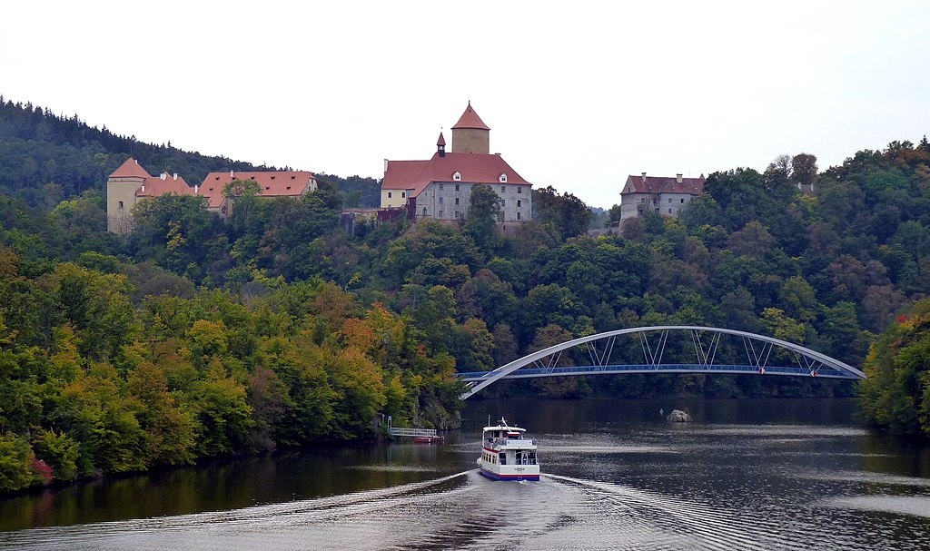 1024px-Brno,_hrad_Veveří_a_lávka_2