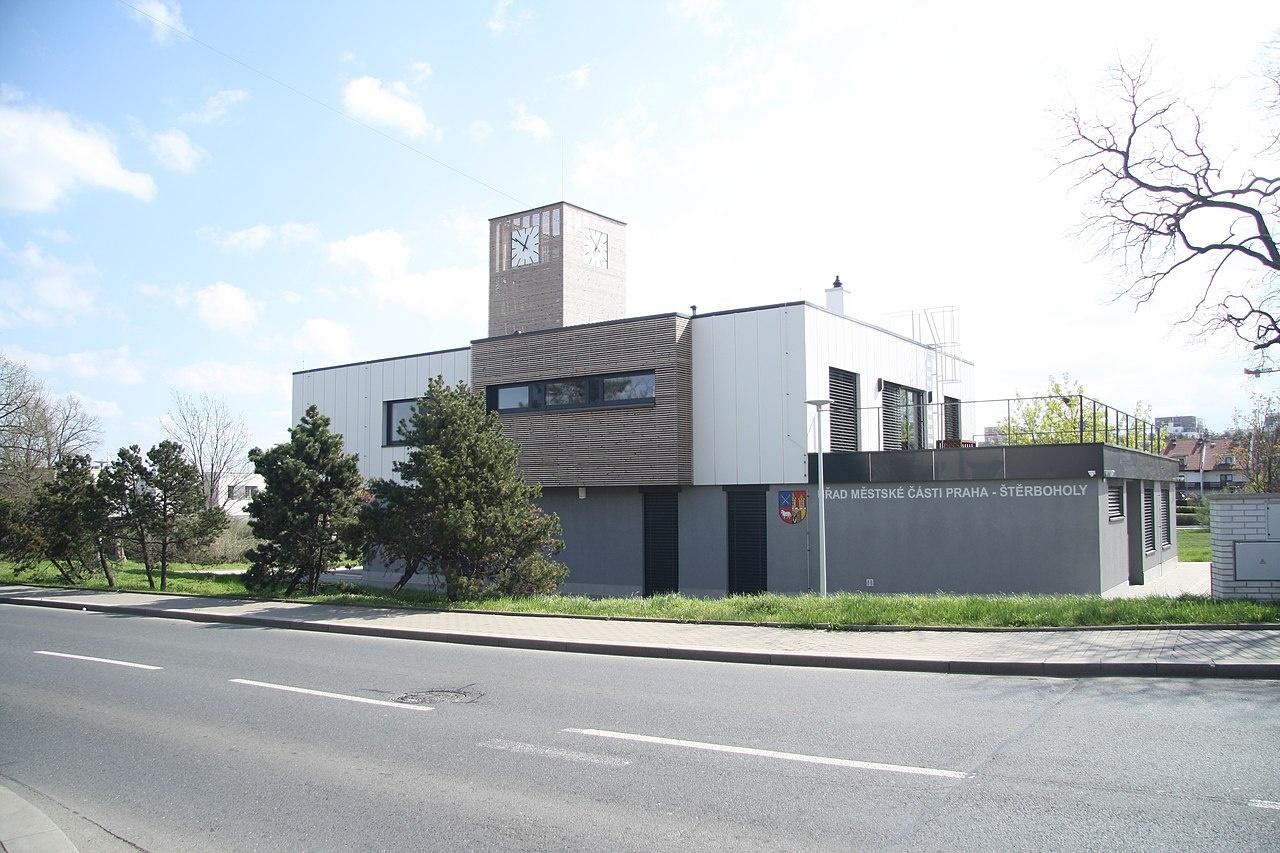 1280px-Overview_of_municipal_office_at_Ústřední_street_in_Štěrboholy,_Prague